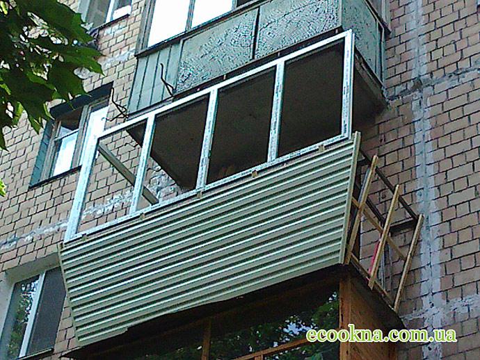 Пошаговоя отделка балкона с выносом сайдингом.